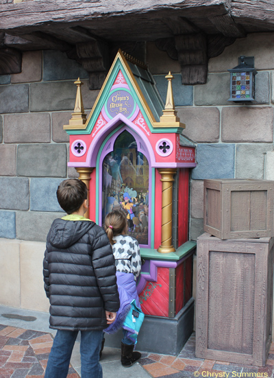 Kids play with Clopin's music box. Hidden details will appear as you move the crank